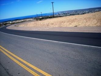 As perfeitas rodovias argentinas. Entrada de Puerto Madryn, Chubut, Argentina, 14/01/2011 — em Puerto Madryn, Chubut, Argentina.