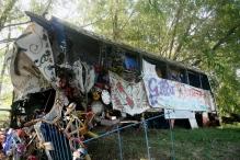 Destroços do micro-ônibus que transportava Gilda e sua banda. Santuário de Gilda, Ruta Nacional 12, Entre Ríos, Argentina, 31/12/2010 — em Paranacito, Entre Rios, Argentina.