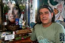 José Simonini, junto ao retrato de Gilda. Santuário de Gilda, Ruta Nacional 12, Entre Ríos, Argentina, 31/12/2010 — em Paranacito, Entre Rios, Argentina.