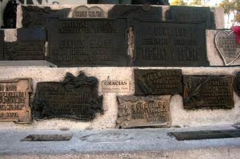 Placas votivas no túmulo de Carlos Gardel, Cementerio Chacarita, Buenos Aires, Argentina, 01/01/2011 — em Buenos Aires, Distrito Federal, Argentina.