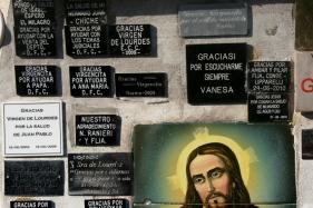 Placas votivas no Santuario Nuestra Señora de Lourdes, Mar del Plata, Buenos Aires, Argentina, 08/01/2011 — em Mar del Plata, Buenos Aires, Argentina.