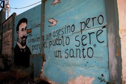 Pintura mural nos arredores do túmulo de Émile (Emilio) Dubois, no Cementerio de Playa Ancha, Valparaíso, Chile, 20/01/2011 — em Valparaíso, Valparaiso, Chile.