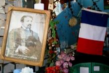 Ex-votos no túmulo de Émile (Emilio) Dubois, no Cementerio de Playa Ancha, Valparaíso, Chile, 20/01/2011 — em Valparaíso, Valparaiso, Chile.