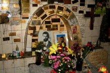Ex-votos no Túmulo do Gaucho Cubillos, Cementerio General, Mendoza, Argentina, 25/01/2011 — em Mendoza, Argentina.