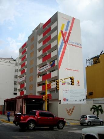 Velhos edifícios são desapropriados e reformados, depois entregues à população em programas habitacionais acessíveis. Av. Lecuna, Caracas-DF, Venezuela, 20/08/2011