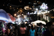 Comércio popular e parque de diversões na Procissão do Senhor dos Passos, noite de 15 de março de 2014. São Cristóvão-SE